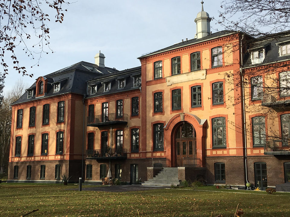 Schemmann Palais, Horizontalsperre mit Edelstahlplatten
